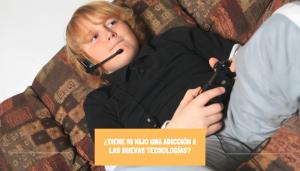 Adicción nuevas tecnologías (adolescente jugando a un videojuego)