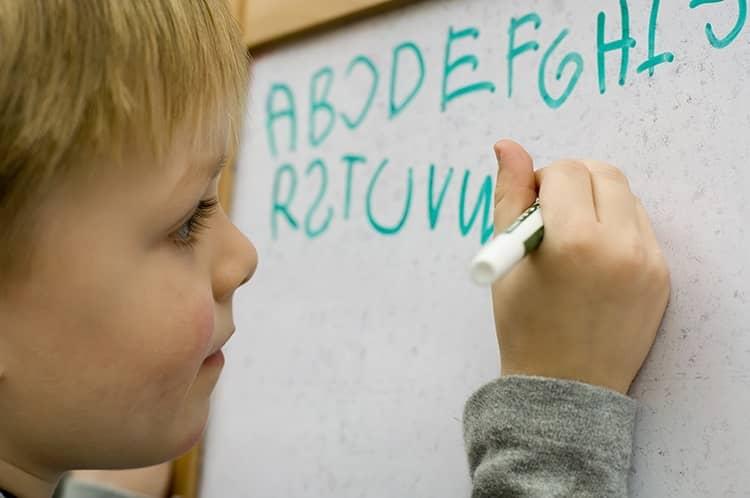 dislexia (niño pintando en una pizarra)